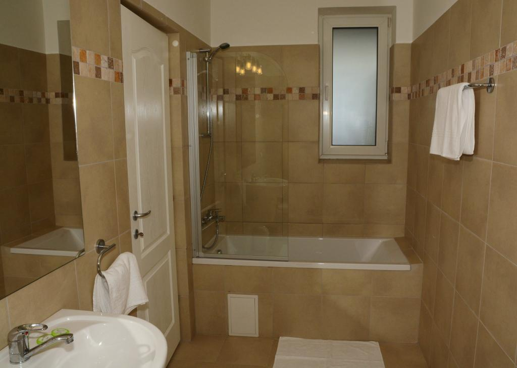 Bathroom Cluj red hotel expedia trivago booking.com google Napoca